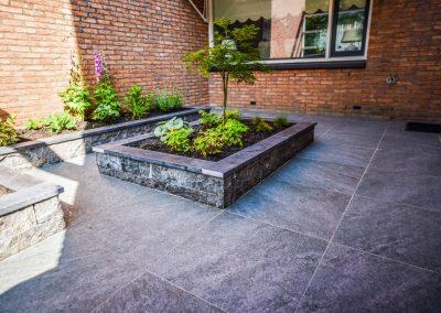 Tuin met keramische tegels